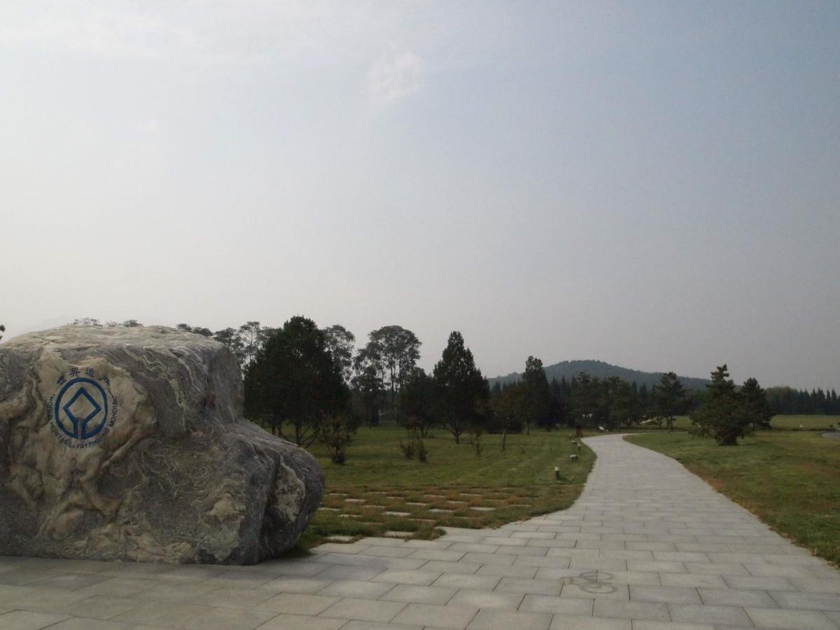 bisher kann man nur den Hügel selbst bestaunen (hinten rechts)