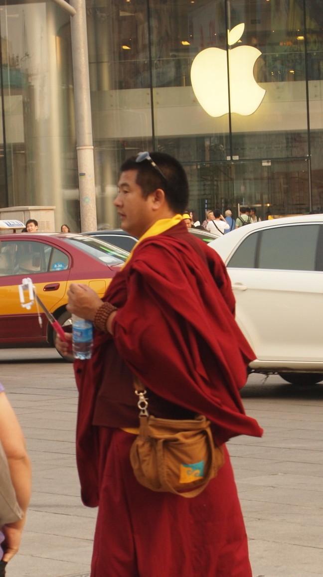 Mönch mit Selfie-Stick